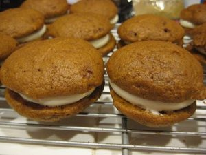512px-Halloween_Whoopie_Pies_on_wire_rack